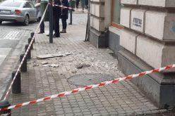 Életveszélyes a belvárosban gyalogolni: újabb vakolatdarab hullott le