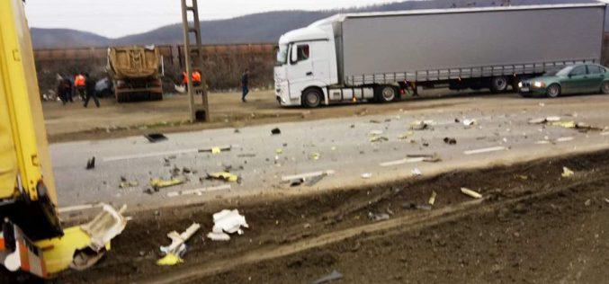 Két kamion ütközött Bátyafalván: az utat takarító férfit halálra gázolták