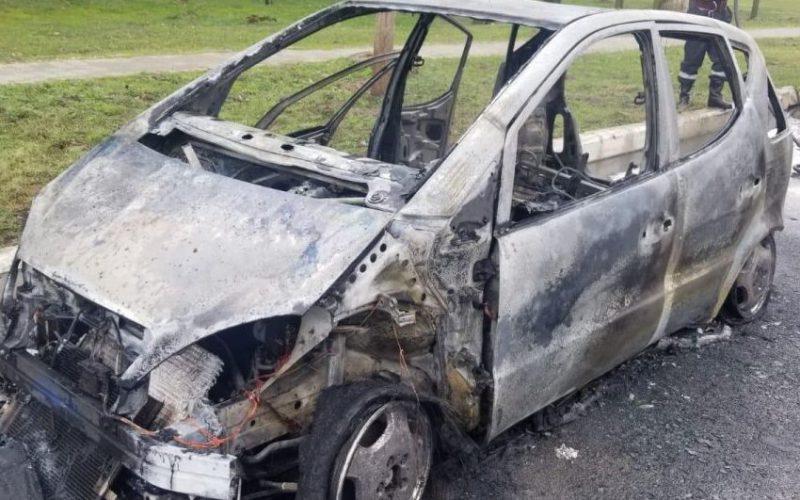 Menet közben kigyulladt, majd leégett egy Mercedes