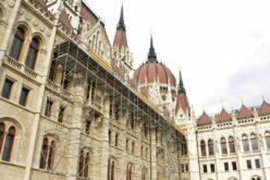 Magyarpécska címere fölkerül az Országházra