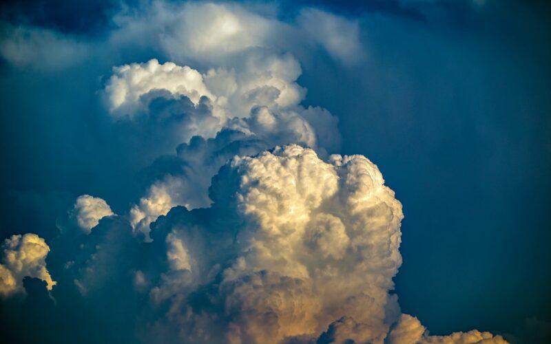 Hajnalban érkezhet felhőszakadás, viharos szél