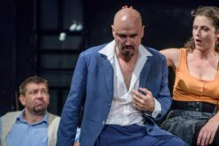 Aradi Kamaraszínház: Székely Csaba-darabok a nyári évadban