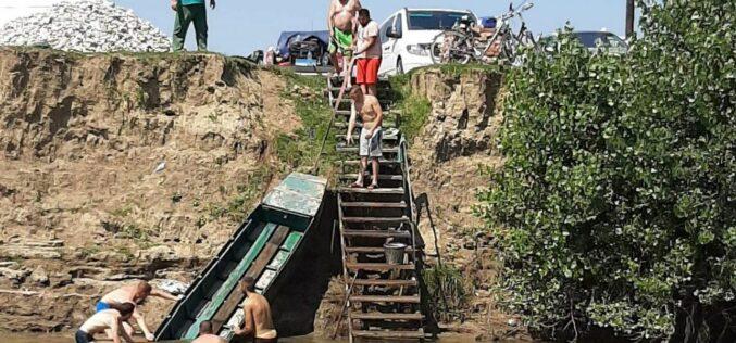Pécska: tűzoltók mentették meg az elsüllyedt bárkát