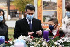Pécskán meggyújtották a város első adventi gyertyáját