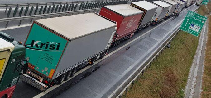 Dagadó kamionsor Nagylaknál: legalább két óra várakozás